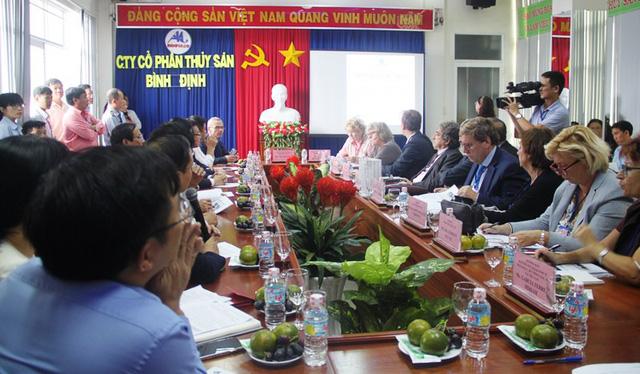 Đoàn công tác cũng yêu cầu doanh nghiệp cần phải phối hợp chặt chẽ với các ngành chức năng của tỉnh trong nỗ lực tháo gỡ thẻ vàng thủy sản Việt Nam.