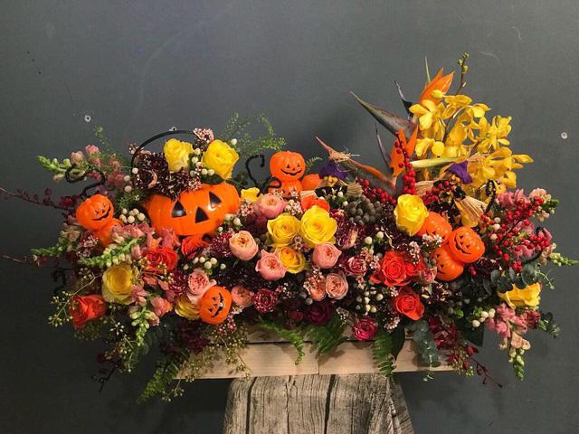 Hộp hoa Halloween sử dụng hoa hồng nhập khẩu Columbia, hoa lá phụ nhập khẩu điểm thêm phụ kiện ấn tượng có giá 20 triệu đồng.