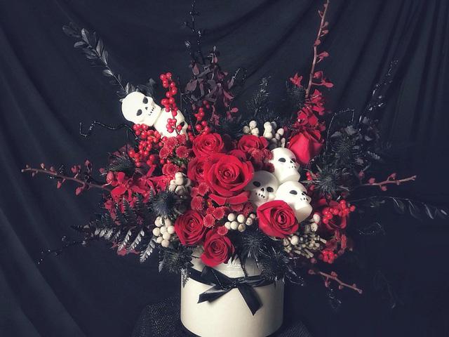 Số tiền phải bỏ ra để sở hữu hộp hoa tone đỏ đẹp và cực chất này là 2,5 triệu đồng
