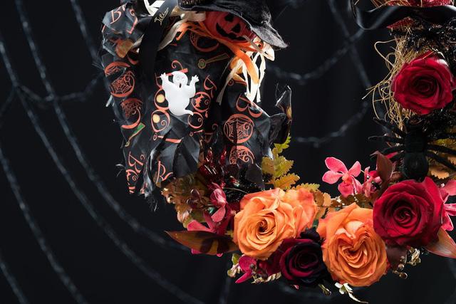 Vòng nguyệt quế Halloween được kết hợp bởi hoa hồng Ecuador và phụ kiện Halloween độc đáo.