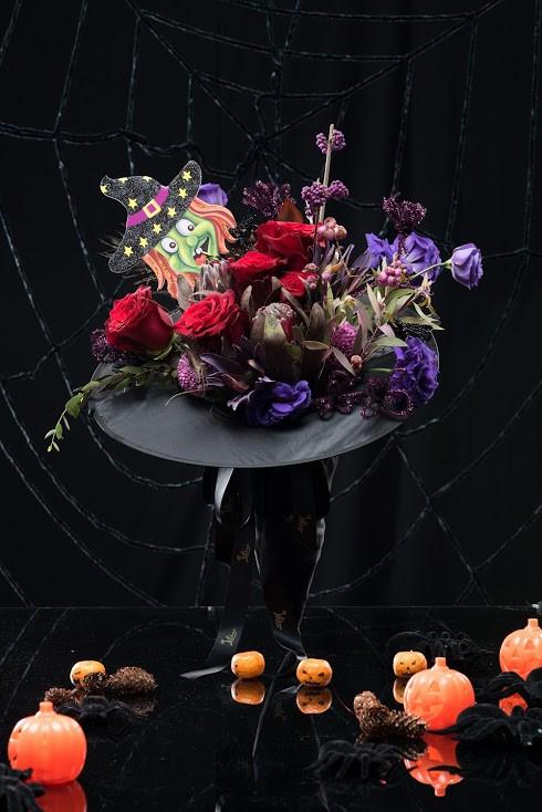 Chiếc mũ hoa tone đỏ tím đem lại cảm giác ma mị và độc đáo, đậm chất Halloween. Giá của nó cũng lên tới 2,2 triệu đồng