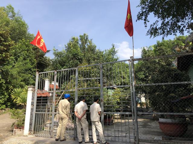 Trong nhà có người nhưng không ai mở cửa cho lực lượng chức năng vào bên trong biệt phủ của đại gia vàng Ngô Văn Quang.