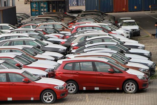 Nhiều chiếc xe ngoài trời nhìn vẫn mới