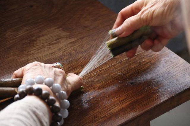Mới đây, bà Thuận tiếp tục tìm ra cách lấy tơ từ những cọng sen