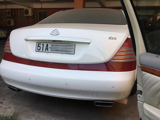 Maybach 62S màu trắng nằm phủ bụi