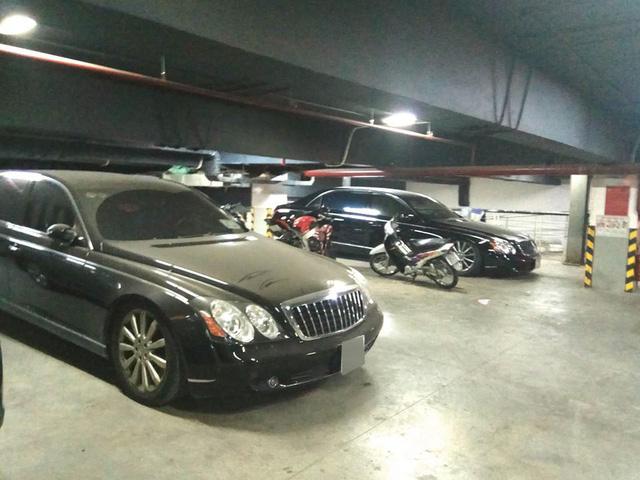 Những chiếc xe sang này có chung số phận bụi đóng dày đặc ở ngoại thất