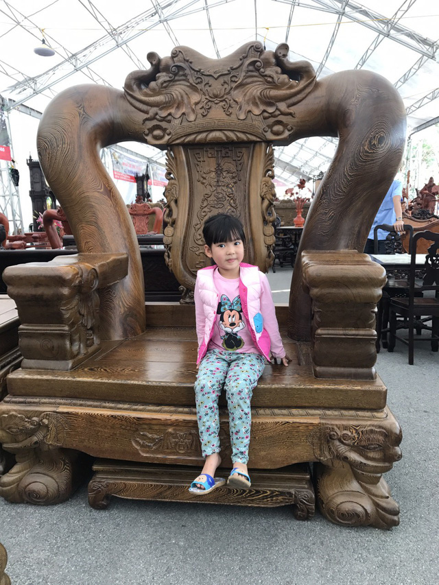 Chiếc ghế quá lớn so với trẻ nhỏ