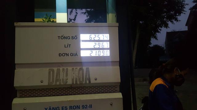 Hơn 17h ngày 6/11, tại cột xăng RON92 giá bán vẫn là 21.090 đ/lít.