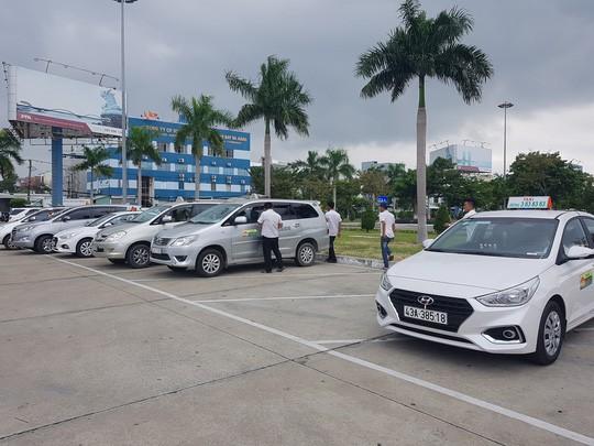Taxi các hãng ngừng hoạt động đón khách tại bãi đỗ sân bay Đà Nẵng sáng 4/11. Ảnh: NLĐ.
