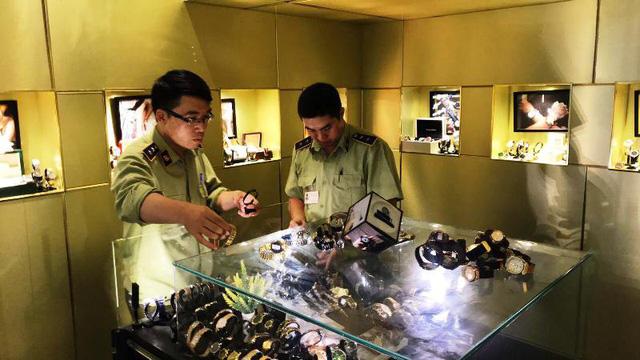 Hơn 500 đồng hồ mang các thương hiệu đắt tiền bị tạm giữ