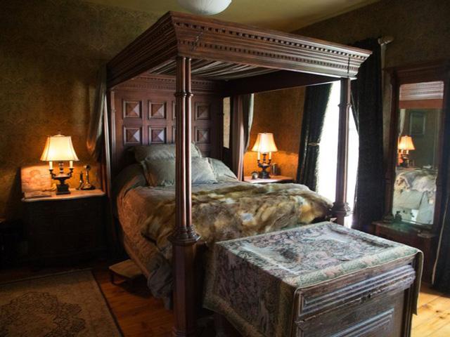Phòng ngủ dành cho khách nhỏ hơn một chút.