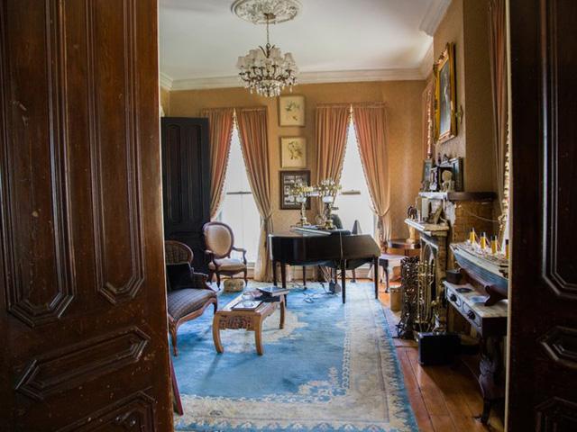 Ngoài ra, bà quản gia còn một mực khẳng định bà nghe thấy ai đó chơi đàn piano trong phòng khách khi bà ở nhà một mình.