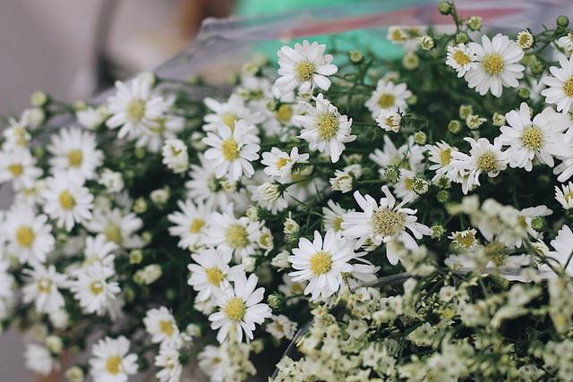 Đầu vụ, mỗi gánh hàng hoa bán được từ 30-40 bó nhỏ/ ngày