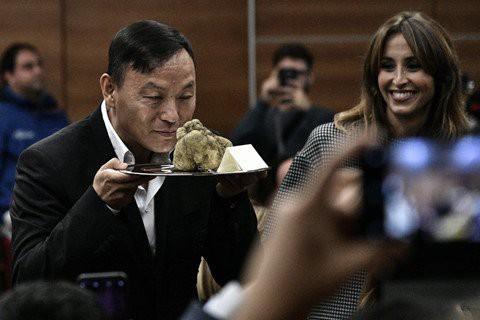 Cục nấm vừa được bán với giá hơn 2 tỷ đồng. Ảnh: AFP