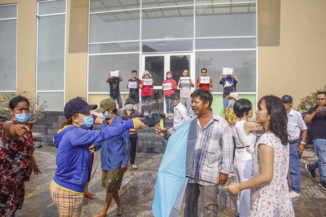 Cư dân cho biết, họ đến để yêu cầu Vạn Thái Land đối thoại, tổ chức hội nghị nhà chung cư, đòi bàn giao quỹ bảo trì và sổ hồng sau gần 2 năm dọn về ở.