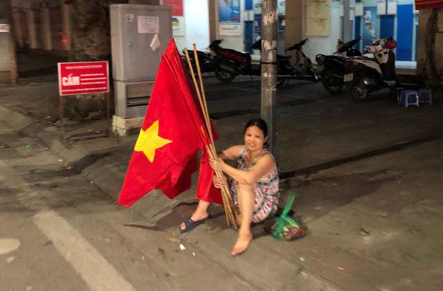 Dân bán cờ Tổ quốc than ế dù tuyển Việt Nam thắng Malaysia