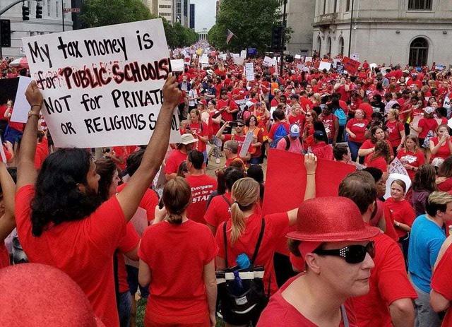 Các giáo viên ở North Carolina biểu tình đòi tăng lương. Ảnh: Reuters.