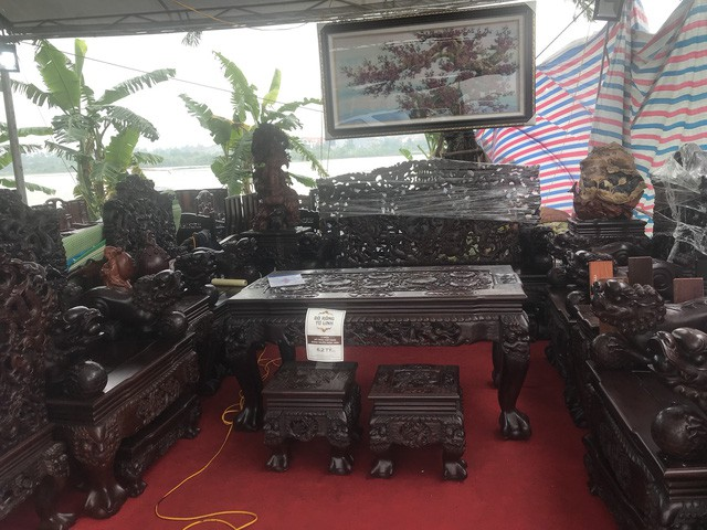Thương lái Trung Quốc chi triệu USD gom gỗ trắc; dân Việt tranh uống trà 10 triệu đồng/kg