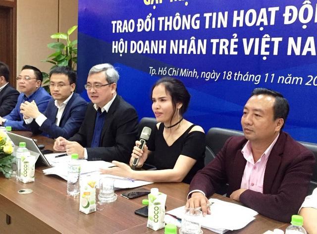 Bà Phạm Thị Bích Huệ, Phó Chủ tịch Hội doanh nhân trẻ Việt Nam – Phó Chủ tịch Hội doanh nhân trẻ TPHCM trả lời những câu hỏi mà báo Dân Trí đưa ra về cuộc chiến tranh thương mại Mỹ – Trung