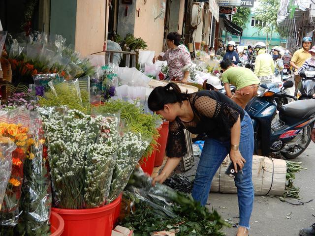 Chợ bán hoa sỉ nhộn nhịp người bán người mua