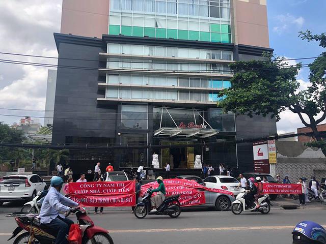 """Công ty Nam Thị không chỉ bị nhiều khách hàng tố giác việc bán một căn hộ chung cư La Bonita cho nhiều người mà mới đây, đơn vị này còn bị VPBank nghi ngờ """"bắt tay"""" với khách hàng để bán tài sản đang thế chấp tại ngân hàng."""