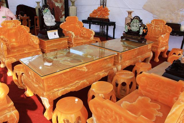 Trao đổi với PV Dân trí, Nghệ nhân Tô Chinh, chủ nhân của bộ bàn ghế cho biết, đây là bộ bàn ghế được làm từ 50 tấn ngọc Hoàng Long có xuất sứ từ Trung Mỹ, nhập về Việt Nam và do các thợ lành nghề nhất chế tác.