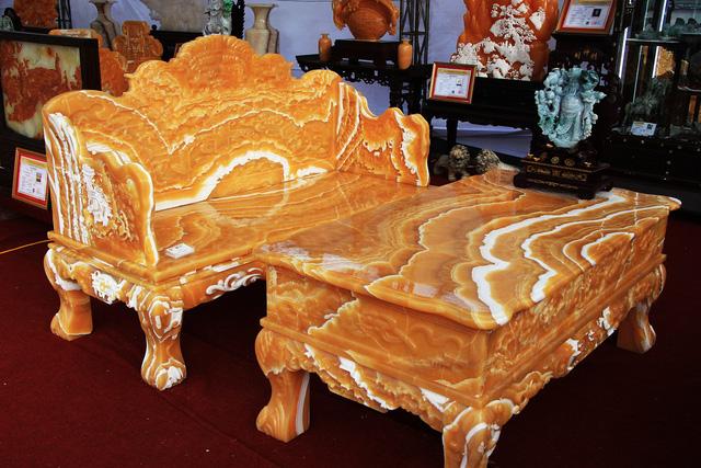 Ngoài bộ bàn ghế kể trên, Nghệ nhân Tô Chinh còn có một bộ bàn ghế khác cũng được chế tác từ ngọc Hoàng Long, nhưng số lượng ít hơn. Theo chủ nhân của bộ bàn ghế đá quý cho biết, bộ bàn ghế thứ 2 này được chế tác từ 20 tấn Ngọc Hoàng Long cũng được nhập từ Trung Mỹ về.