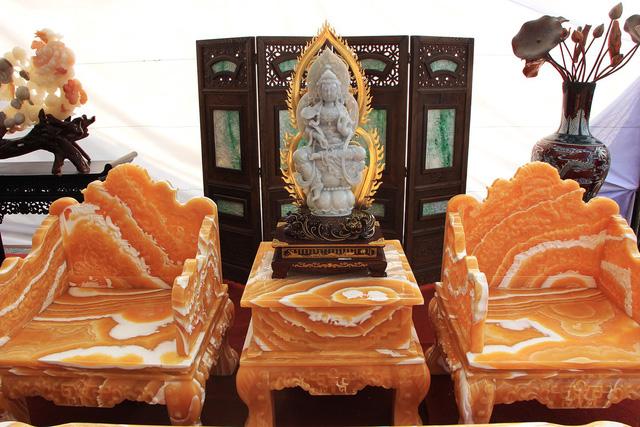 Chủ nhân của 2 bộ bàn ghế bằng đá quý cho biết: Để tăng vẻ đẹp của bộ bàn ghế đá quý này, chúng tôi còn đặt các bức tượng được làm từ ngọc Phỉ Thúy lên bộ bàn ghế.
