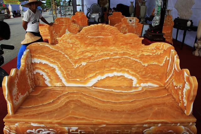 Phần ghế dài được làm từ ngọc Hoàng Long với nhiều họa tiết cùng với vân ngọc trông rất thu hút và ấn tượng.