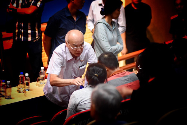 Phó Trưởng đoàn chuyên trách Đoàn Đại biểu Quốc hội TPHCM  Phan Nguyễn Như Khuê trao đổi với cử tri Quận 2