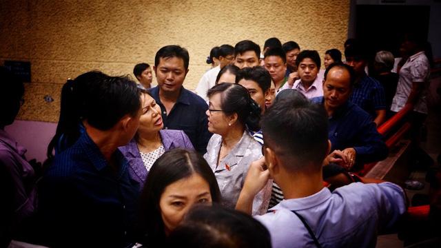 Chủ tịch HĐND TPHCM Nguyễn Thị Quyết Tâm trao đổi với cử tri khi buổi tiếp xúc kết thúc lúc gần 8 giờ tối