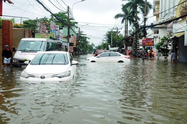 """TPHCM: Chủ xe ô tô gọi """"cháy máy"""" cho bảo hiểm sau bão số 9"""