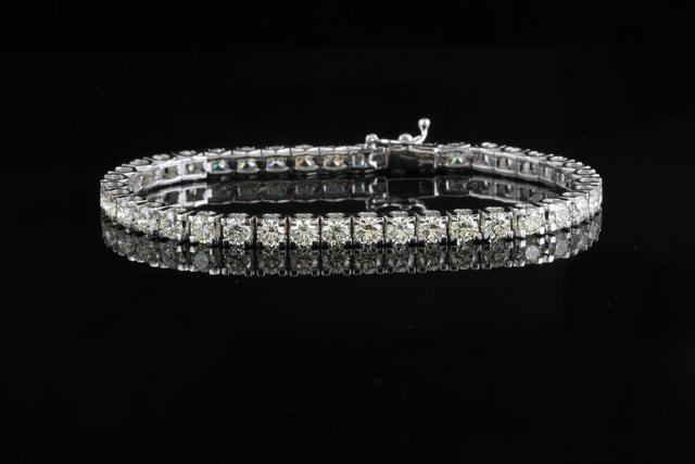 Mua vòng tay kim cương tặng vợ dịp năm mới, bất đắc dĩ nhận thêm 47 chiếc nữa