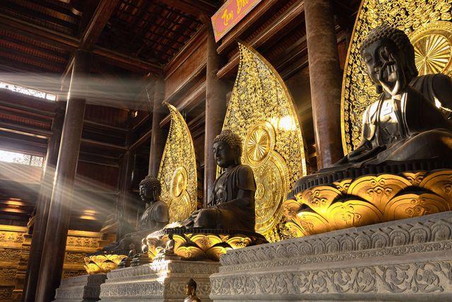 Đấu giá thiên thạch mặt trăng, đại gia xây chùa lớn nhất Việt Nam - 4