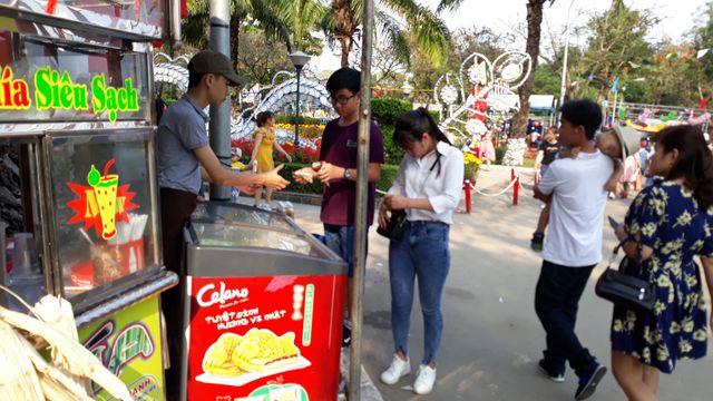 """Đà Nẵng: """"Hốt bạc"""" nhờ bán đồ ăn vặt ngày Tết - 2"""