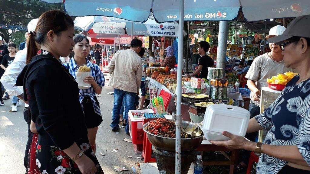 """Đà Nẵng: """"Hốt bạc"""" nhờ bán đồ ăn vặt ngày Tết"""