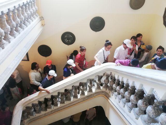 Cầu thang từ tầng 1 lên tầng 2 được làm rất chắc chắn. Theo tài liệu cho biết, vật liệu xây dựng được mang từ bên Pháp qua xây dựng.