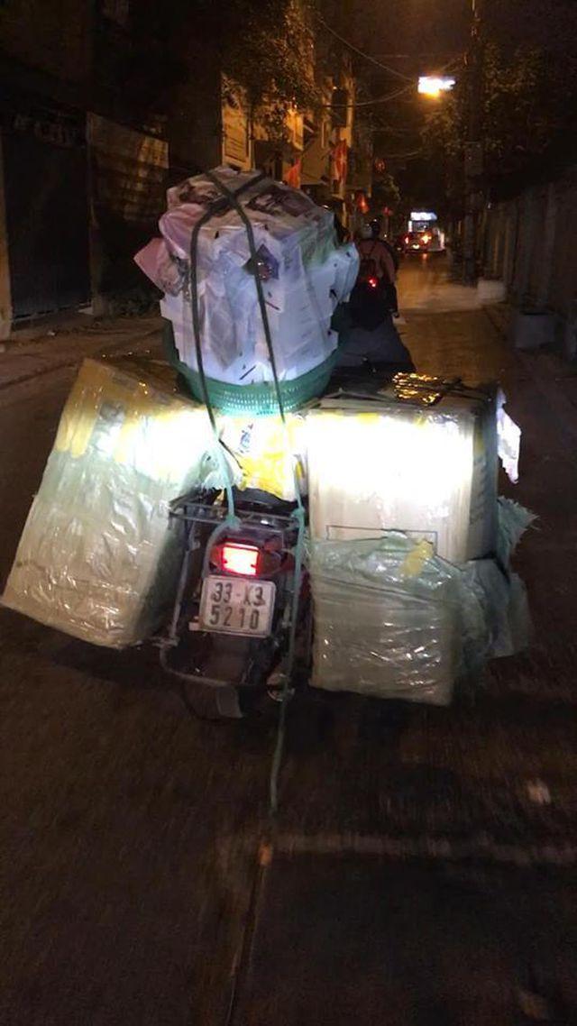 Shipper chở cả trăm ngàn hộp socola iPhone XS Max về cửa hàng của chị Trang ngay trong đêm để kịp trả hàng cho khách.