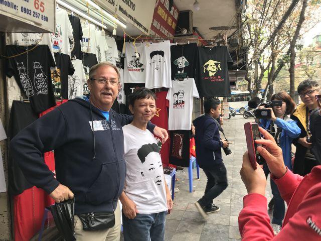 Một phút nghĩ ra ý tưởng, ngày bán 400 áo Tổng thống Trump và Chủ tịch Kim - 6