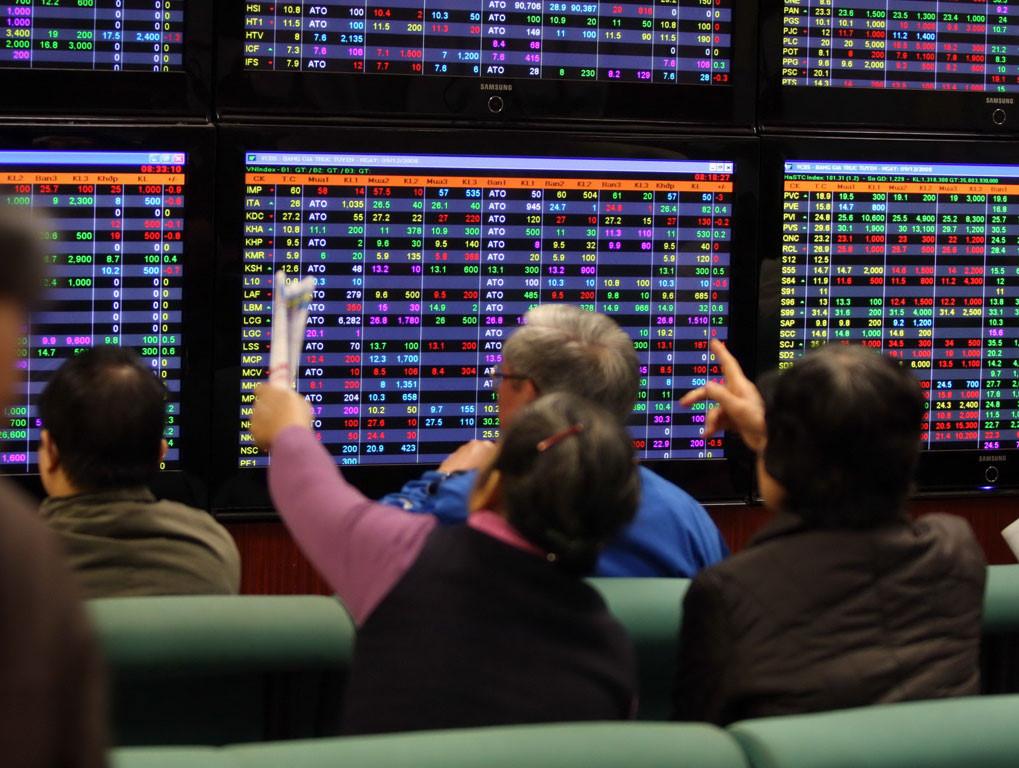 """Thị trường chứng khoán chao đảo, hơn 10.000 tỷ đồng """"đổ"""" vào mua cổ phiếu"""