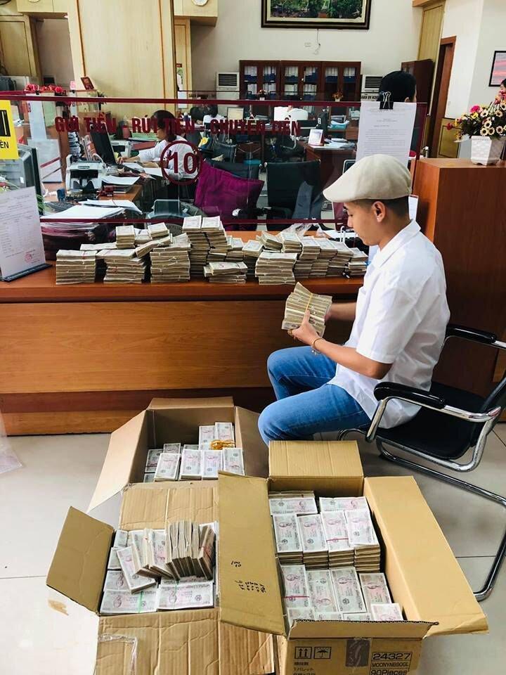 Mang 100.000 tờ tiền lẻ xếp kín 3 thùng đi gửi tiết kiệm có phải chơi ngông?