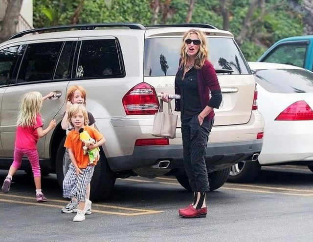 Những nữ minh tinh sở hữu xe hơi oách hơn chồng (P.2) - 8