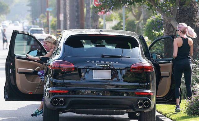 Những nữ minh tinh sở hữu xe hơi oách hơn chồng (P.2) - 12