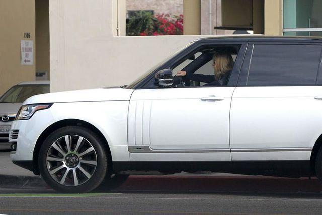 Những nữ minh tinh sở hữu xe hơi oách hơn chồng (P.2) - 14