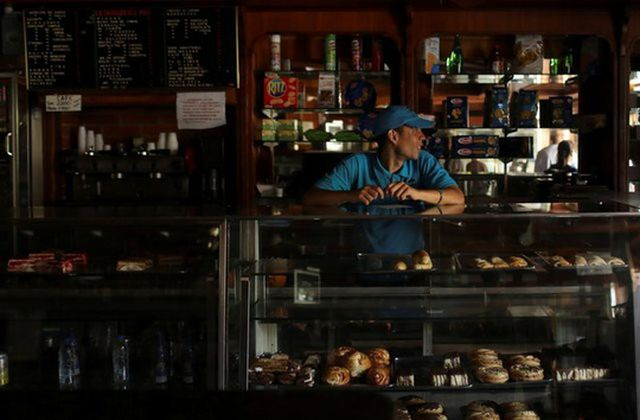 Venezuela ngừng hoạt động kinh doanh, đóng cửa trường học - 1