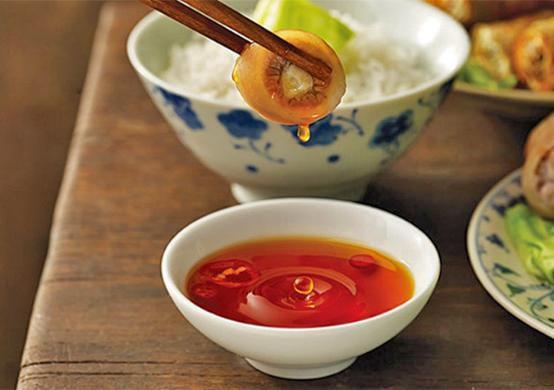 Chai nước mắm thật và ngon thường có màu nâu đỏ sáng trong thuần khiết với hương thơm nồng đượm, đầy quyến luyến