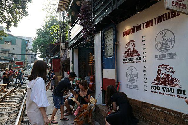 Quán cà phê thách thức tử thần, đông nghẹt khách du lịch ở Hà Nội - 3..jpg