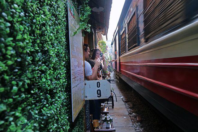 Quán cà phê thách thức tử thần, đông nghẹt khách du lịch ở Hà Nội - 12..jpg