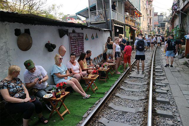 Quán cà phê thách thức tử thần, đông nghẹt khách du lịch ở Hà Nội - 4..jpg