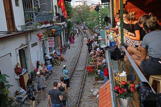 Quán cà phê thách thức tử thần, đông nghẹt khách du lịch ở Hà Nội - 5..jpg
